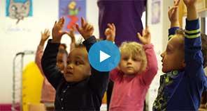 Retour en images sur l'initiation au yoga des enfants de la crèche Etienne Dolet (Alfortville). Objectif: prendre conscience de son corps.