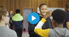 Pour contrer les stéréotypes dans le sport, il est important d'agir dès l'adolescence. Le Département encourage les filles à pratiquer le sport.
