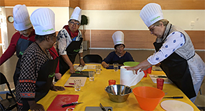 30% des seniors qui entrent en établissement sont en situation de dénutrition. Pour aider les seniors Silver Fourchette propose, avec le soutien du Département, des ateliers cuisine.