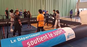 Le Département continue de boxer les préjugés avec Estelle Mossely pour sensibiliser les élèves du collège Condorcet (Maisons-Alfort) au sexisme dans le sport.